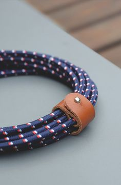 BELT Cable Twin Head in Nautical Print: Ready for summer travelling. With its 2-in-1 Micro-USB to Lightning connector, it can charge all your Apple and Micro-USB devices
