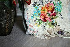 elle mèle les dentelles et le crochet ..;dans des tons pastels , des couleurs passées et un peu d'éclat pour le bouquet de fleurs , d'après...