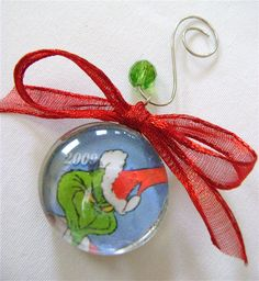 How To Make Custom Glass Tree Ornaments - InfoBarrel Grinch Ornaments, Christmas Ornament Crafts, Holiday Crafts, Grinch Christmas Party, Old Christmas, Christmas Ideas, Holiday Ideas, Christmas Stuff, Grinch Party