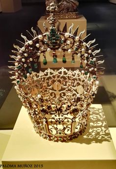 Museo de Santa Cruz, Toledo. Espectacular corona piedras preciosas de  de La Virgen del Sagrario. Museum of Santa Cruz, Toledo,  awesome Crown of Our Lady of Sagrario.