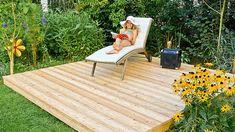Den Platz an der Sonne ☼ kannst du dir mit einem Holzpodest im Garten selber schaffen. ➤ ➤➤ Mit Schrittanleitung! Hydrangea Care, Design Jardin, Gardening Magazines, Wooden Decks, Outdoor Furniture Sets, Outdoor Decor, Backyard Projects, Back Gardens, Balcony Garden