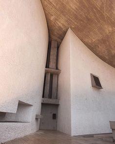 LE CORBUSIER, La Chapelle Notre Dame du Haut, Ronchamp, France, 1950-1955. Image source unknown. #LaChapelleNotreDameduHaut #LeCorbusier #france #frenchmodern #modernism #church #chapel #1950s #midcenturymodern #MCM #brutalism #concrete #concretearchitecture #architecturephotography #design #sculpture #art #modernart #scandinaviancollectors #building