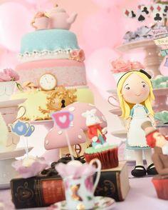Alice In Wonderland 💗 #mesapersonalizada #festaalice #festademenina Decoração e Buffet @misssugarfestas com queridos parceiros @sweetcarolinatheartofcake @ellaarts @atelieluartesecia @patriciaantunes_fotografia