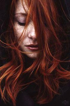 Capelli rossi e e un volto intenso: ecco come io vedo Naydeia