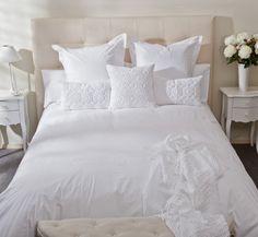 Dormitorio romántico, ropa de cama en blanco