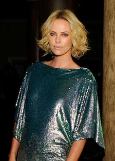 Charlize Theron Short Curls - Charlize glittered in a sequined teal ensemble that made her green eyes pop along with a chin-length, center-parted hairstyle. Her blonde tresses were softly curled and tousled for a sweet and feminine look. Short Curly Haircuts, Cute Hairstyles For Short Hair, Short Hair Cuts, Curly Bob, Blonde Haircuts, Curly Short, Short Blonde, Trending Hairstyles, Charlize Theron Short Hair