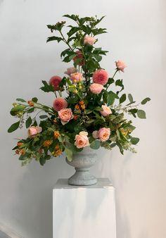 #pedestralarrangements #flowers #pastelcolors