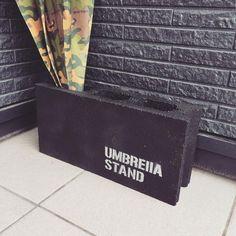 傘って意外と場所を取るアイテムで、すっきり収納するのってなかなか難しいですよね。そこで、傘をスマートに収納するアイテムやアイディアをご紹介します。