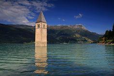 La torre y campanario de la Iglesia  del pueblo de Alt Graun - Rochensee (Lago de Resia), Tirol del Sur, Italia / por Uwe Müller