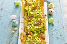 Courgettetaart met geitenkaas, beenham en tuinerwten A Food, Good Food, Yummy Food, Flatbread Pizza, What To Cook, Savoury Dishes, Easter Recipes, Food To Make, Brunch
