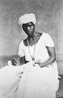 """""""Negra de Trabalhos Caseiros"""", de Alberto Henschel, de 1885, essa última tirada ou no Rio de Janeiro ou em Salvador"""
