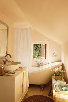 De ayer y de hoy  La casa mezcla dos mundos: pasado y presente y ambos conviven en armonía. Armario bajolavabo, lavamanos y toallas Afjärden...
