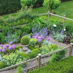 Are you dreaming of a new potager kitchen garden? Learn such a potager garden is, how to design your home garden with some more sample home kitchen potager garden layout Unique Garden, Herb Garden Design, Cottage Garden Design, Love Garden, Dream Garden, Backyard Cottage, French Cottage Garden, Small Cottage Garden Ideas, Seaside Garden