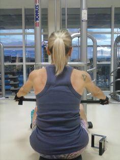 """Comigo não tem essa de que """"meninas só treinam membros inferiores e meninos é que treinam membros superiores!"""" Eu trabalho com muita dedicação todas as partes do meu corpo. E quer saber? AMO treinar superiores e costas! Hoje foi dia de ombros, bíceps e costas."""