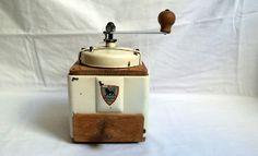 Moulin à café Peugeot Frères en tôle laquée crème et bois / décoration vintage française / 1950 / french coffee grinder / cuisine française de la boutique LaptiteGermaine sur Etsy