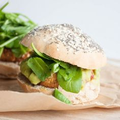 Recipe for a vegan Falafel Burger with avocado sauce and spinach in homemade burger buns.