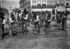 Calceteiros britando a pedra na Avenida da Liberdade, Lisboa (1907).  ComJeitoeArte