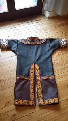 Viking/Norse-inspired leather tunic with appliqué work. Viking Hood, Viking Tunic, Viking Dress, Larp, Viking Clothing, Historical Clothing, Modern Outfits, Cool Outfits, Medieval Costume