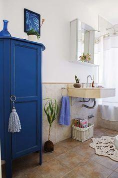 Baño romántico en tonos pasteles, con armario en azul Francia como acento. Casa Color Pastel, White House Interior, Semi Recessed Sink, Crayon Crafts, Blue Kitchen Cabinets, Color Crayons, Tall Cabinet Storage, House Design, Furniture