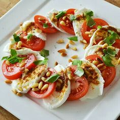"""""""Lunchtip: Salade Caprese [Lunchtip: Caprese Salad]"""" -- Recipe is in Dutch, but machine-translates well. I'm really liking the concept of adding toasted pine nuts to the more typical basic ingredients! Healthy Snacks, Healthy Eating, Healthy Recipes, Free Recipes, Salade Caprese, Tomato Caprese, Tomate Mozzarella, Mozzarella Sticks, Xmas Food"""