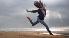 """Cláudia Vieira: """"Na """"minha"""" prainha a renovar energias.Tão bom, saltos e pulos à beira mar!!!!"""""""