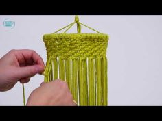 Macramé is hip en je maakt er prachtige creaties mee, zoals de sfeervolle macramé lamp! Deze sfeervolle lamp maak je zelf met het gratis patroon.