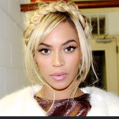 Whether you're a fan or not, you have to love this style on Bey, it's classic! Although it's a little messy, she still looks flawless❤️ #voiceofhair ✂️========================== Go to VoiceOfHair.com ========================= Find hairstyles and hair tips! =========================