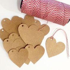 Tags são práticas e lindas para várias ocasiões. Em formato de coração são muito fofas! Laçadas com uma fita ou fio ficam perfeitas em: presentes, embalagens, para anexar preços, projetos de scrapbook e muito mais. O que irei receber? As tags são cuidadosamente embaladas em pacotes. Cada ... Gift Bags, Papel Kraft, Card Tags, Creative Gifts, Xmas Crafts, Christmas Diy, Diy Gifts, Gift Wrapping, Packaging