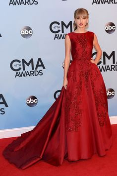 Taylor Swift from 2013 CMA Awards red dress Taylor Swift Moda, Taylor Swift Style, Red Carpet Gowns, Red Gowns, Evening Dresses, Prom Dresses, Formal Dresses, Dresses 2013, Formal Prom
