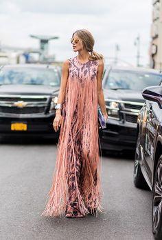 Яркие тренды уличной моды 2017: цветеон платье в пол с бахромой.