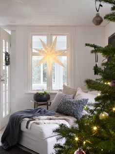 33 Popular White Christmas Bedroom Decor Ideas - Wake up to a room full of holiday cheer with the perfect Christmas Themed Bedroom. If you are far from being the old Grinch or Scrooge, than this is t. Swedish Christmas, Cozy Christmas, Scandinavian Christmas, Christmas Themes, Christmas Decorations, Christmas Makes, Pretty Christmas Trees, Beautiful Christmas, Creative Christmas Trees