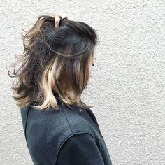 髪の内側にインナーカラーを入れておくと、毛束が動いたり耳にかけたりアレンジした時なんかにいいアクセントになります。
