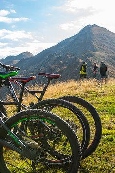 Urlaubsgenuss heißt abschalten und trotzdem aktiv bleiben. In unseren wunderschönen Chalets im Zillertal, Tirol können Sie sich eine Auszeit zu Zweit oder mit der Familie nehmen. Genießen Sie gemeinsame Zeit! Auf 1.200km Biketouren oder 1.400km Wanderwegen.   #chaletE #stumm #zillertal #tirol #auszeit #aktivurlaub #bike #ebike #biketouren #wandern #bergwelt #zillertalerberwelt #chalet #urlaubindenbergen #chaleturlaub Aktiv, Mountains, Nature, Travel, Chalets, Time Out, Hiking, Nice Asses, Naturaleza