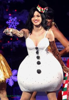 Katy Perry in a snowman costume. I have mixed feelings about this look - maybe a good choice if you're pregnant? Katy Perry Outfits, Katy Perry Kostüm, Katy Perry Photos, Kati Perri, Snowman Costume, Santa Costume, Fancy Dress, Dress Up, Weird Fashion