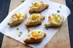 On Dine at Nanou: Mini kachapuri with quail eggs for a dinatoi aperitif . Best Low Carb Recipes, Sugar Free Recipes, Buffet, Minis, Mini Burgers, Quail Eggs, Creative Food, Food Hacks, Food Inspiration