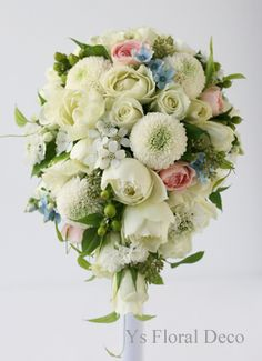 バラ、ピンポンマム、ブルースター、ホワイトスターのティアドロップブーケ @アニヴェルセル立川 ys floral deco