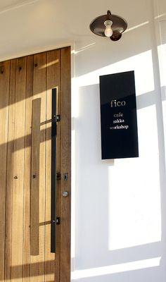 店舗デザイン。木製アンティークの扉とアイアン製のドアハンドルが印象的なナチュラル感たっぷりのカフェ。 元日本料理店だった時の意匠の天井もブルーグレー色に塗り替えて白い壁とあわせることでカフェっぽく出来ました。| Massimo Gariani Design Labo