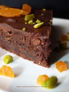 Voici un indémodable classique : le Gâteau au Chocolat. Rassurez-vous, celui-ci n'est pas un énième gâteau au chocolat sans intérêt, il est fourré à la marmelade d'orange et recouvert d'un glaçage croquant... au chocolat bien sûr, puis le gâteau est parsemé...