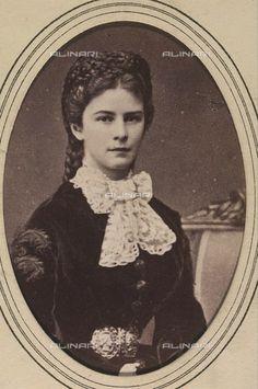 Élisabeth Amélie Eugénie de Wittelsbach, duchesse en Bavière (24 décembre 1837 à Munich – 10 septembre 1898 à Genève), fut impératrice d'Autriche et reine de Hongrie. Elle est universel…