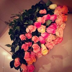 an unusual bouquet of roses Beautiful Bouquet Of Flowers, Love Flowers, My Flower, Romantic Gestures, Bunch Of Flowers, Rose Bouquet, Pretty Pictures, Pretty Pics, Are You Happy