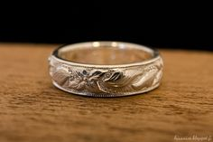Kaiverrus hopea sormuksen pinnalla. - Handmade and engraved sterling silver ring.