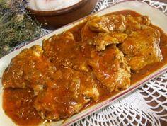 Maso naklepeme a potřeme směsí limetkové šťávy a kořenící směsi Vepřová pečeně Vitana. Nakrájenou cibuli a mrk... Curry, Menu, Chicken, Cooking, Ethnic Recipes, Menu Board Design, Kitchen, Curries, Brewing