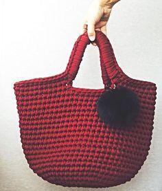 """WEBSTA @ tabella_knit - ✨возвращаемся к теме сумок👜 Их как я и говорила - много не бывает. Вот она, королева шопинга. Торбочка вместительная😂🔻В наличии👌_______________________________✨Дорогие  любители т-пряжи, теперь вы можете не только приобрести готовые тапочки, но и связать их самостоятельно 👍🏻 ✨МК """"Стильные тапочки крючком """"✨Порадуйте свои ножки👣тапочками из Т-пряжи и окунитесь в мир трикотажной нежности 💗________________________________________✅По всем интересующим вопросам…"""