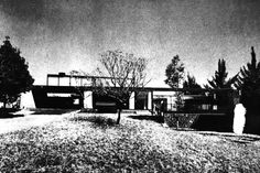 Vista de la fachada principal, Casa en Lomas Tlacopac, calle Uno 59 (hoy Cordilleras 59), Lomas Tlacopac (hoy Las Águilas), Álvaro Obregón, Ciudad de México 1959 (modificado)  Arq.  Manuel González Rul -   View of the main facade, House in Lomas Tlacopac, calle Uno 59 (now Cordilleras 59), Las Aguilas, Alvaro Obregon, Mexico City 1959 (modified