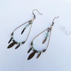 Boucles d'oreille créoles avec perles et breloque