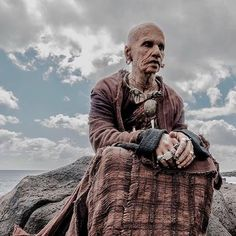 Here's #RajkummarRao's First Look From #Raabta... He's going to be playing a role of a man who's 324 years old!   #ComingTrailer #SushantSinghRajput #KritiSanon #DineshVijan #Bollywood #Firstlook #Poster #Movie #unbelievable #Commnet