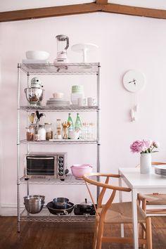 El estilo industrial cada vez está más de moda. A la hora de poner orden las estanterías de este tipo son geniales para almacenar todo, encajan fácilmente en cualquier tipo de decoración e incluso crean contrastes de lo más interesante en ambientes nórdicos, modernos...