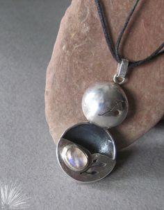 Viento Sur Creaciones. Colgante de plata, embutido y calado con engarce de Piedra de la Luna.
