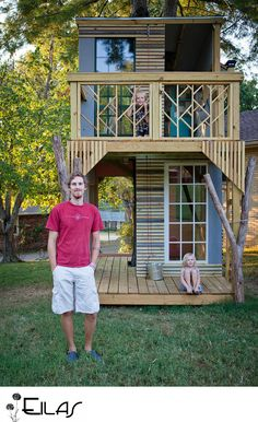 Step by step of an awesome dad building his kids a tree-house. Those kids better be more than grateful! Most kids don't get an awesome tree house (if one at all) like they do. I just wish they took pics of the interior space too Up House, Tiny House, Outdoor Projects, Home Projects, Casa Kids, Tree House Designs, Diy Tree House, Tree House Interior, Modern Tree House