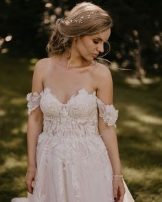 Riki Dalal is a Haute Couture bridal gown designer producing extravagant gowns for every bride's style. Lace Beach Wedding Dress, Wedding Dress Sleeves, Dream Wedding Dresses, Designer Wedding Dresses, Bridal Looks, Bridal Style, One Piece Gown, Wedding Tiara Hairstyles, Wedding Styles